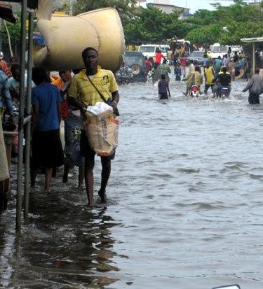 Inondation d'une rue de la ville de Cotonou (cliché, Zannou, 2013)